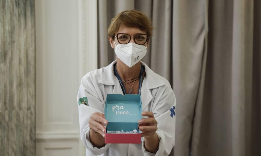 Valéria Pereira de Macedo oferece mensagens de otimismo depois de aplicar as vacinas em idosos Foto: Gabriel de Paiva / Agência O Globo