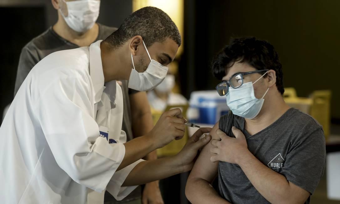 Rio vacina jovens na Cidade das Artes. Foto: Gabriel de Paiva / Agência O Globo