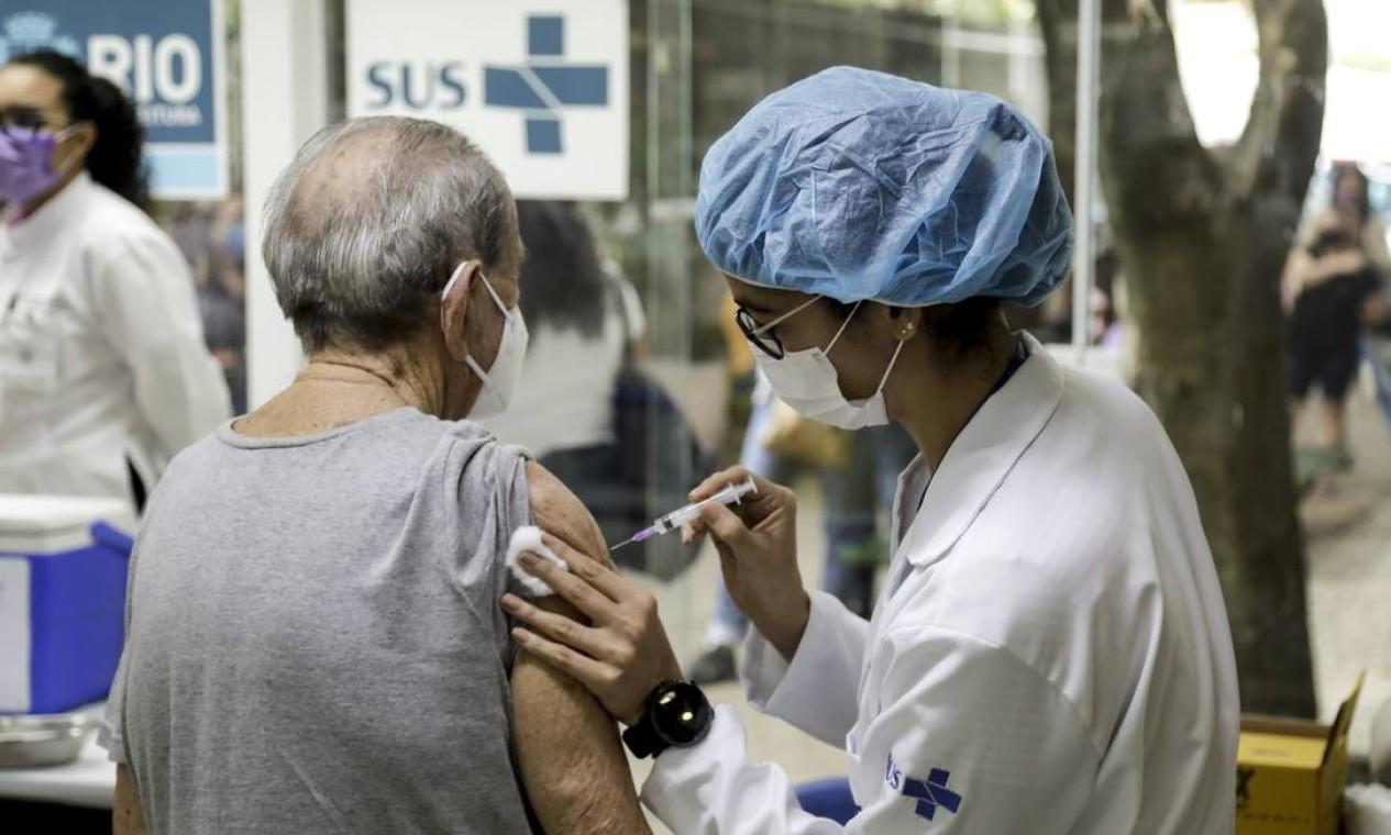Enquanto vacina adolescentes, prefeitura do Rio tambem começa a aplicar dose de reforço em idosos Foto: Gabriel de Paiva / Agência O Globo - 13/09/2021