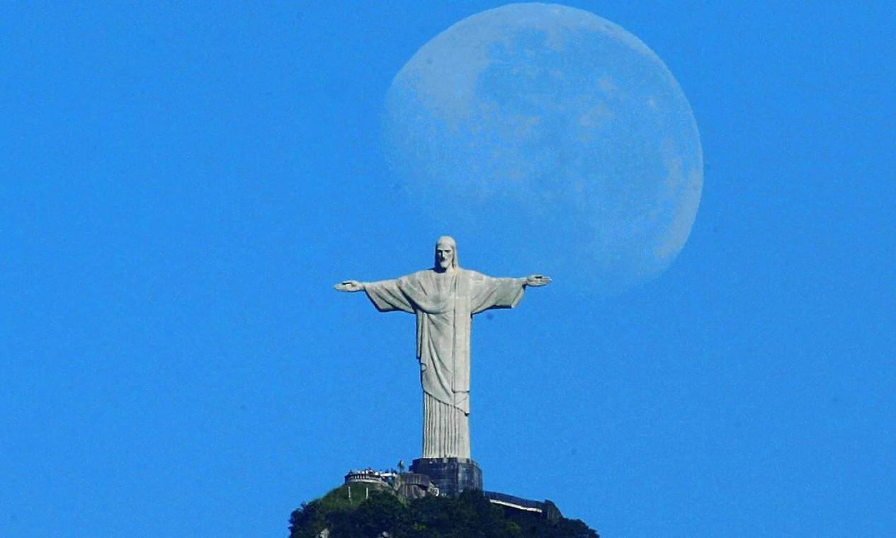 Lua nova é fotografada à luz do dia próxima ao Cristo Foto: Custódio Coimbra / Agência O Globo