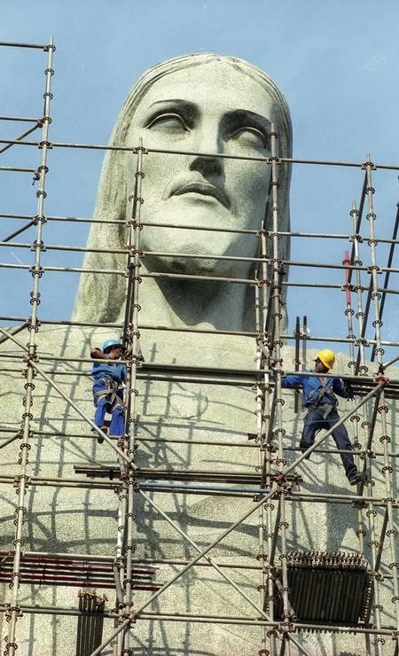 Reforma na estátua do Cristo realizada em 2000. A escultrua é o maior e mais famoso símbolo da Art Déco no mundo Foto: Custódio Coimbra / Agência O Globo