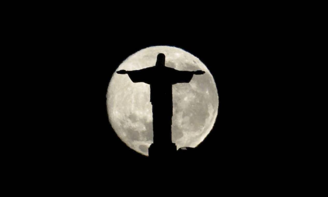 Silhueta do Cristo Redentor é vista 'dentro' da lua Foto: Custodio Coimbra / Agência O Globo