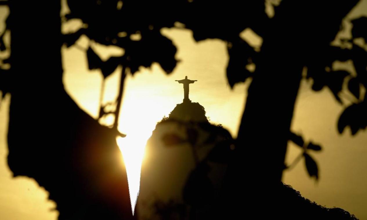 Cristo Redentor visto do Arpoador, em Ipanema, durante por do sol, no verão de 2003 Foto: Custódio Coimbra / Agência O Globo