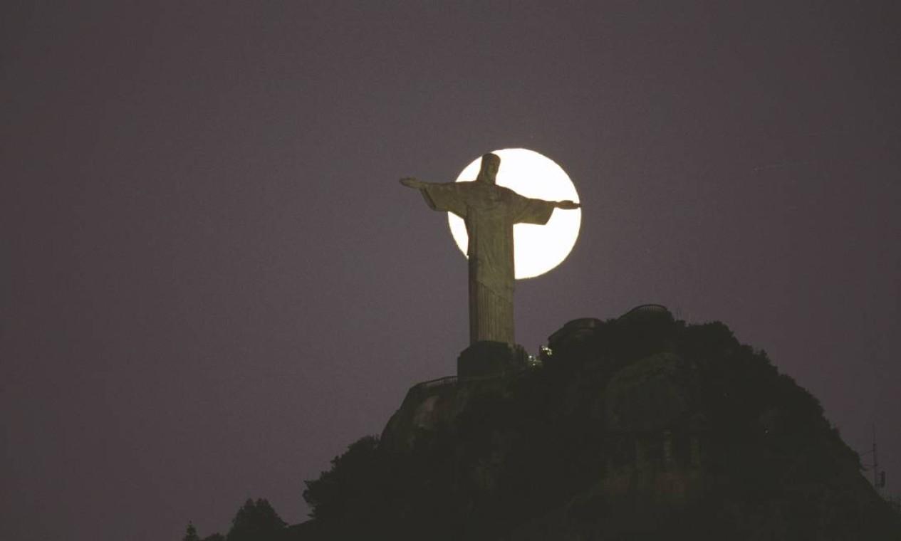 Lua cheia é fotografada atrás do Crsto redentor Foto: Custódio Coimbra / Agência O Globo