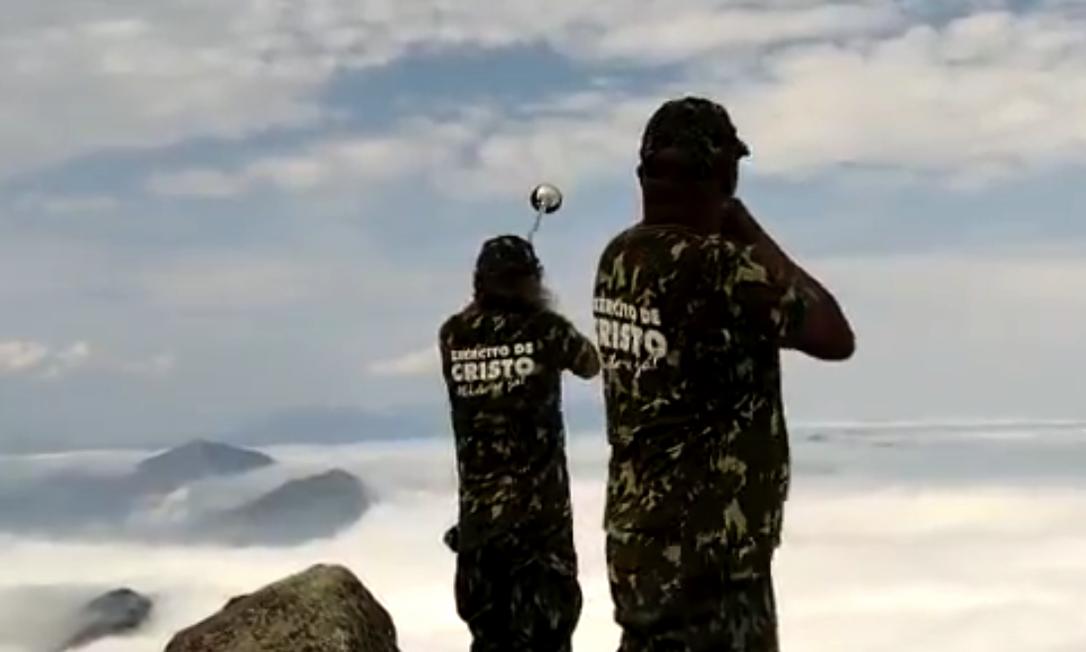 Homens foram deixados ilegalmente de helicóptero no pico do Dedo de Deus, no Parnaso, em Teresópolis Foto: Reprodução