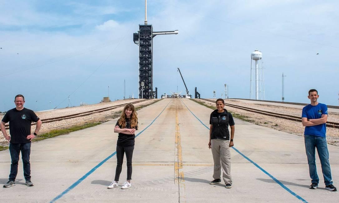 Tripulação da Inspiration 4 em frente à plataforma 39A, de onde partiu a Apollo 11 Foto: Divulgação/SpaceX