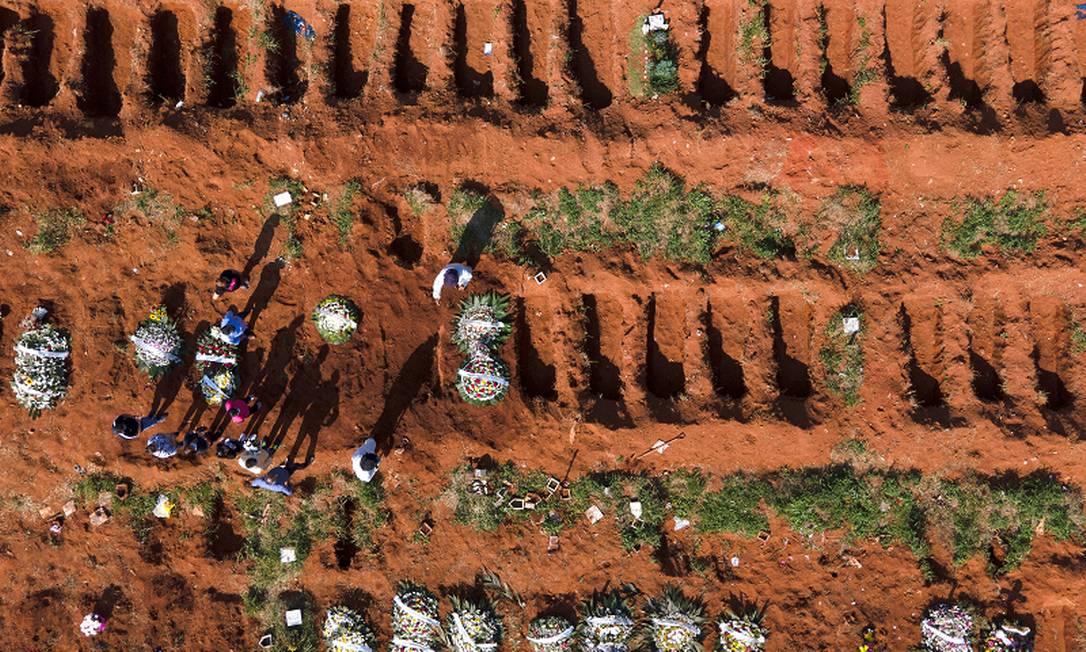 Enterro no cemitério da Vila Formosa, zona leste de São Paulo. Foto: Caio Guatelli / 22-03-21