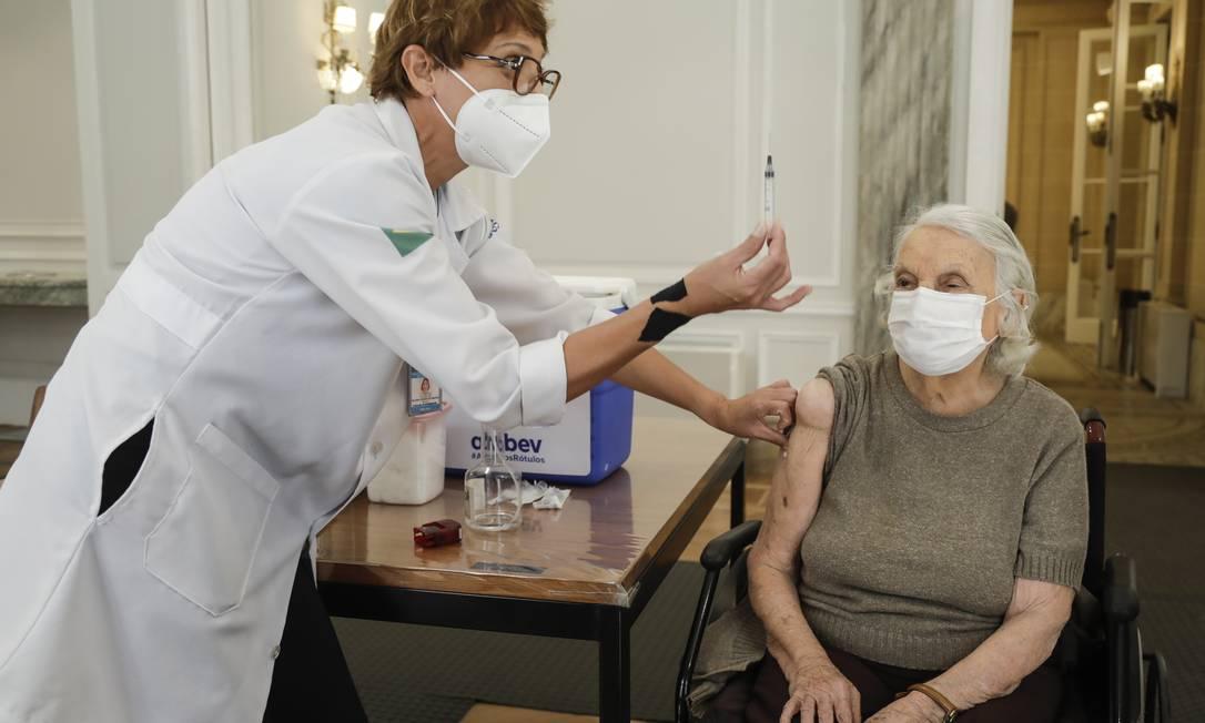 Aplicação da terceira dose da vacina para maiores de 95 anos na Casa Firjan Foto: Gabriel de Paiva / Agência O Globo