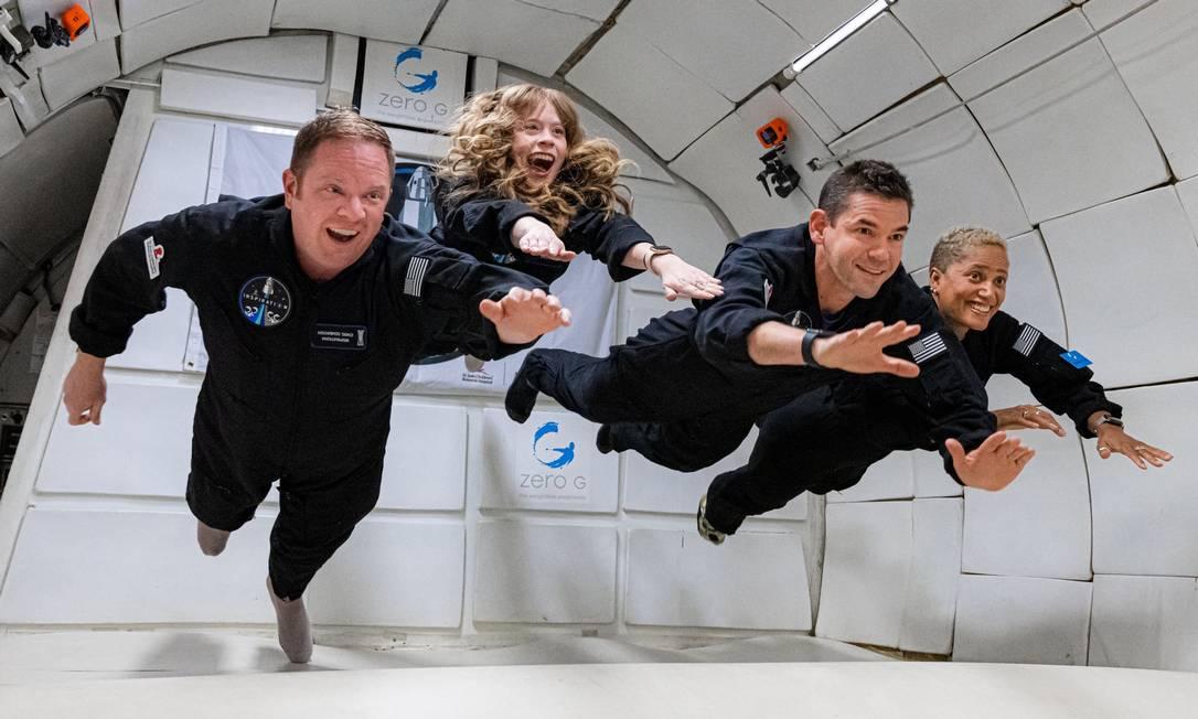 Chris Sembroski, Hayley Arceneaux, Jared Isaacman e Sian Proctor durante treinamento de força G Foto: Inspiration4/John Kraus