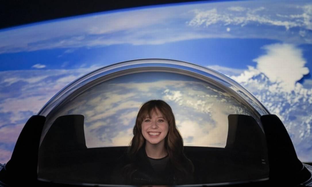 """Hayley Arceneaux experimenta """"Cupola"""", janela com visão em 360º da nave Crew Dragon, da SpaceX Foto: Divulgação/SpaceX"""