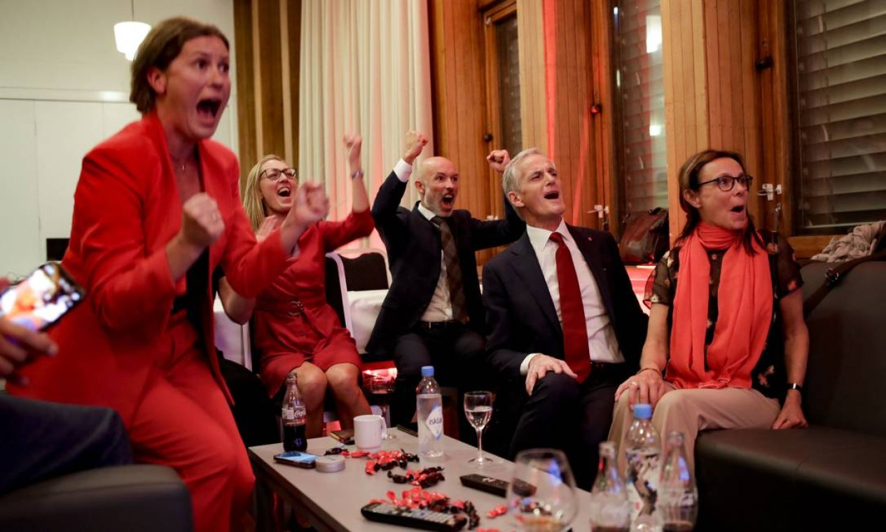 O líder trabalhista norueguês Jonas Gahr Store comemora após ver os resultados da votação na eleição do Partido Trabalhista em Folkets Hus, em Oslo, durante as eleições parlamentares norueguesas de 2021 Foto: JAVAD PARSA / AFP
