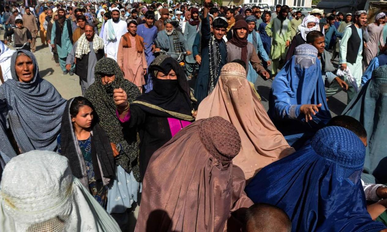 População participa de passeata em protesto contra anúncio feito pelo Talibã em Kandahar, Afeganistão Foto: JAVED TANVEER / AFP