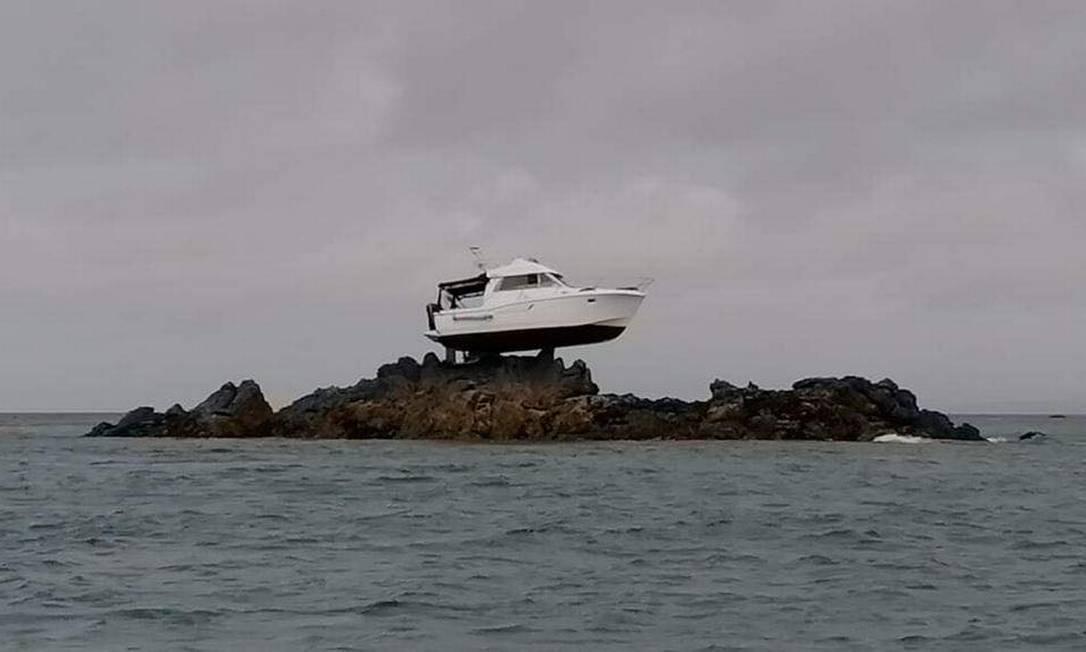 Barco ficou encalhado a 3 metros acima do mar apos maré baixar Foto: Reprodução