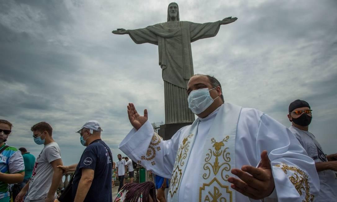 Padre Omar aos pés do Cristo Redentor em 29/12/2020 Foto: Guito Moreto / Agência O Globo