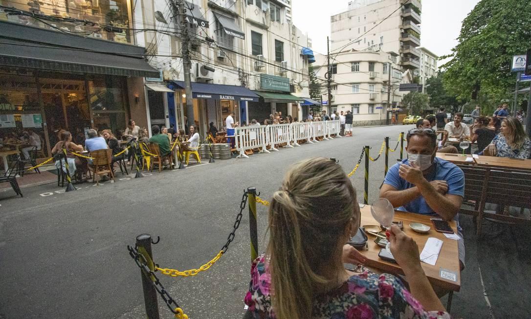 Cercadinhos de restaurantes do Leblon: isolamento para evitar aglomerações nos restaurantes Foto: Ana Branco / Agência O Globo