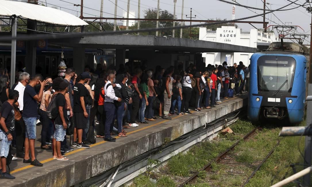 Plataformas da estação Bangu lotadas de passageiros na manhã desta terça-feira após problema em ramal Santa Cruz Foto: Fabiano Rocha / Agência O Globo