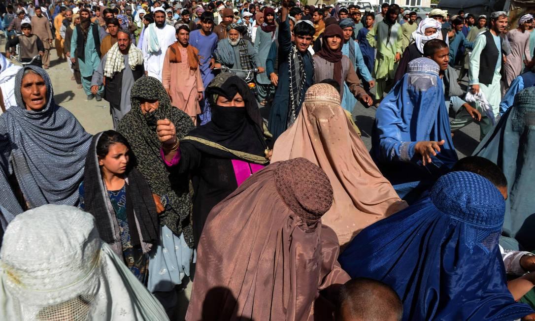 Moradores locais, entre eles mulheres, participam de protesto contra ordens de despejo do Talibã Foto: JAVED TANVEER / AFP