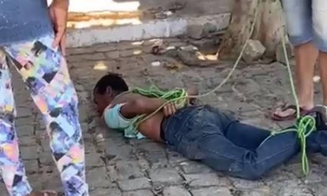 Moradores capturam momento em que homem é agredido no meio da rua em Portalegre, RN Foto: Reprodução/Redes Sociais