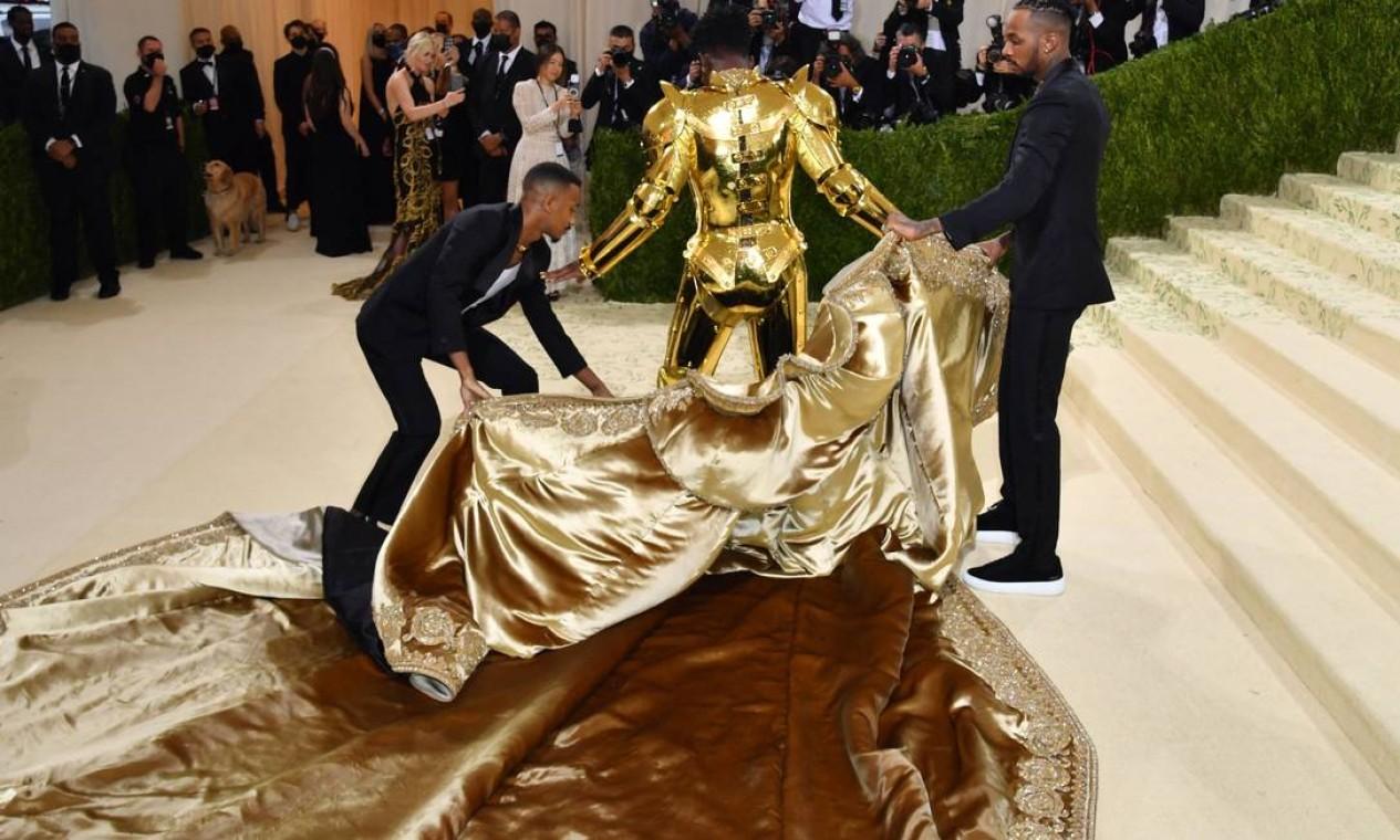 Rapper estadunidense Lil Nas X usou um look conversível Foto: ANGELA WEISS / AFP