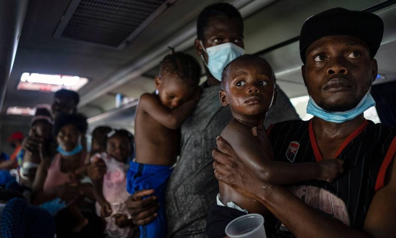 Migrantes haitianos se recusam a desembarcar de ônibus após serem detidos por agentes do Instituto Nacional de Migração (INM) em posto de controle de migração em Veracruz, México Foto: VICTORIA RAZO / AFP