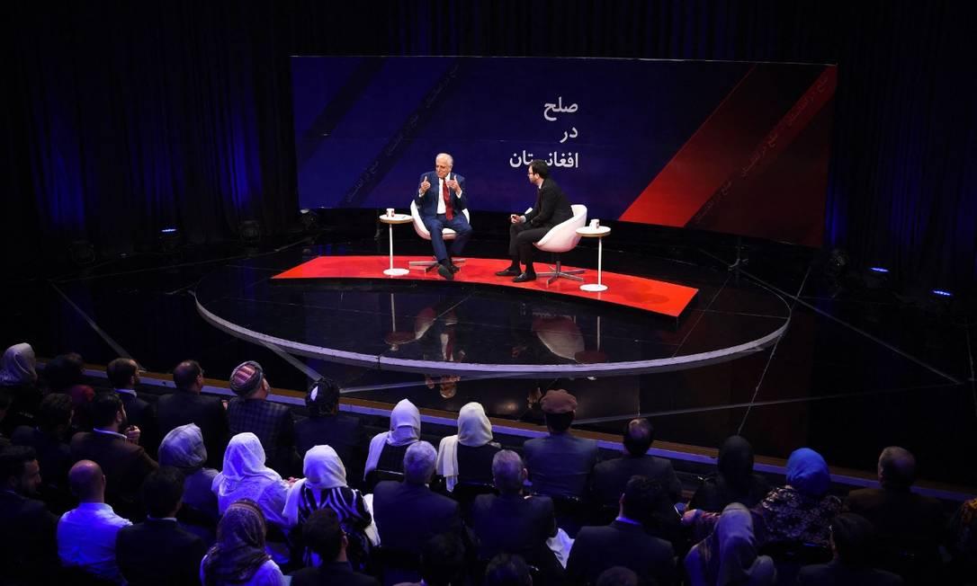 Foto de 2019 mostra talk show da Tolo News, em formato parecido com programa de Saeed Shinwar. Sentindo-se coagido, atualmente jornalista só pergunta aos entrevistados o que o Talibã permite Foto: WAKIL KOHSAR / AFP