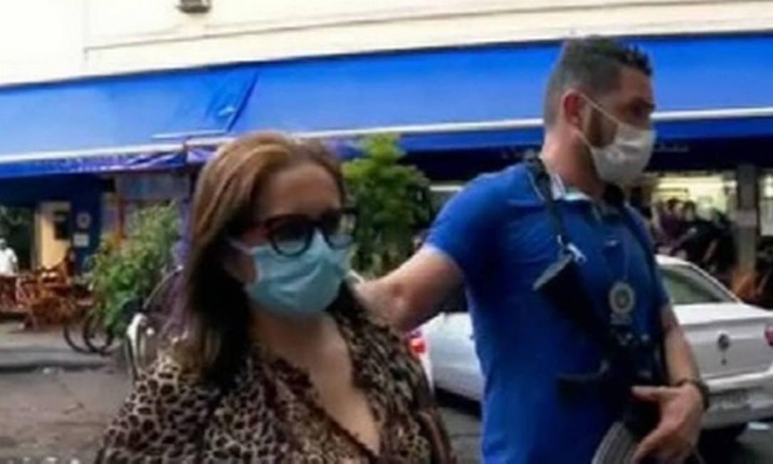 Adenilde ao chegar na 12ª DP para prestar depoimento Foto: Reprodução TV Globo / Reprodução