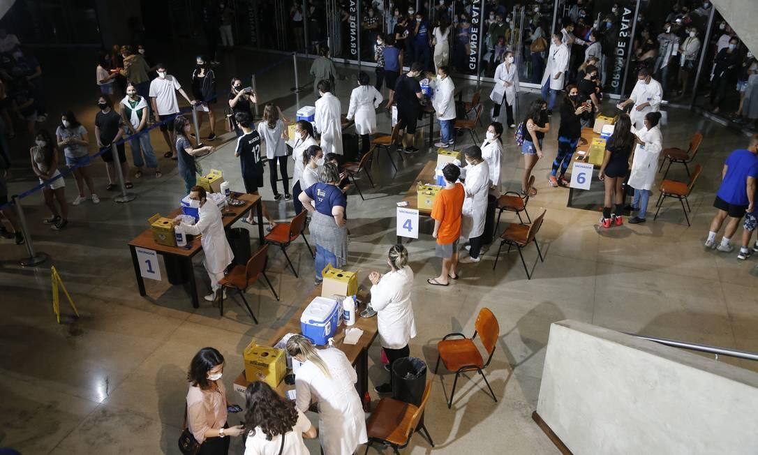 Fila para vacinação de adolescentes na Cidade das Artes, no Rio Foto: Roberto Moreyra / Agência O Globo