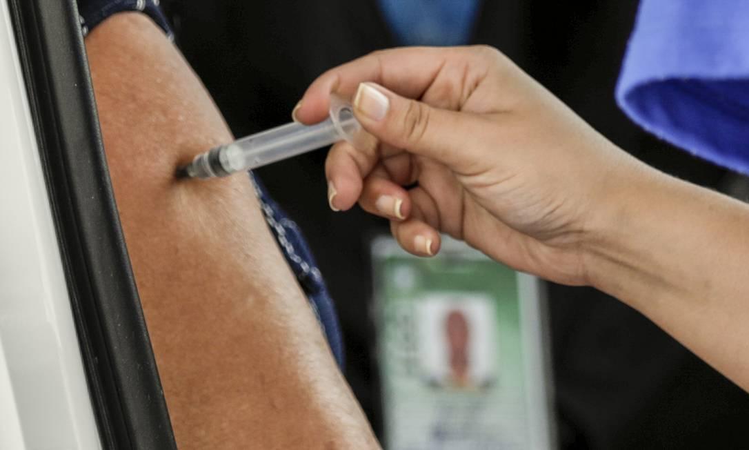 Vacina da AstraZeneca é aplicada em posto montado no Sambódromo Foto: Gabriel de Paiva/07.06.2021 / Agência O Globo
