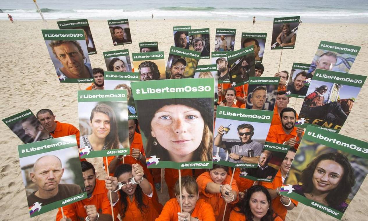 Trinta ativistas do pedem a liberdade do grupo de 30 pessoas que foram presas na Rússia após terem protestado contra a exploração de petróleo no Ártico Foto: Ivo Gonzalez / Greenpeace - 18/10/2013