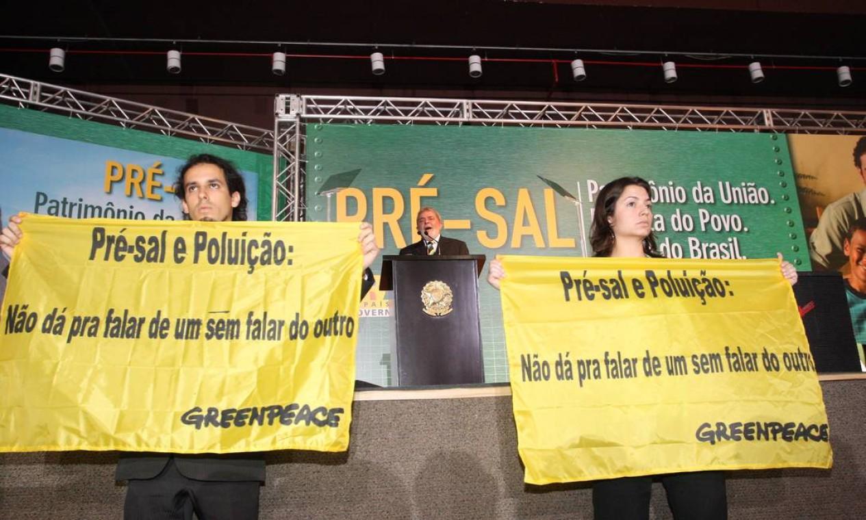 O então presidente Lula discursa durante protesto do Greenpeace sobre danos ambientais do recém-descoberto pré-sal Foto: Roberto Stuckert Filho / Agência O Globo - 31/08/2009