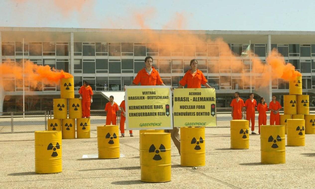 Greenpeace durante protesto em frente ao Palácio do Planalto pelo fim do programa nuclear brasileiro Foto: Givaldo Barbosa / Agência O Globo - 18/11/2004