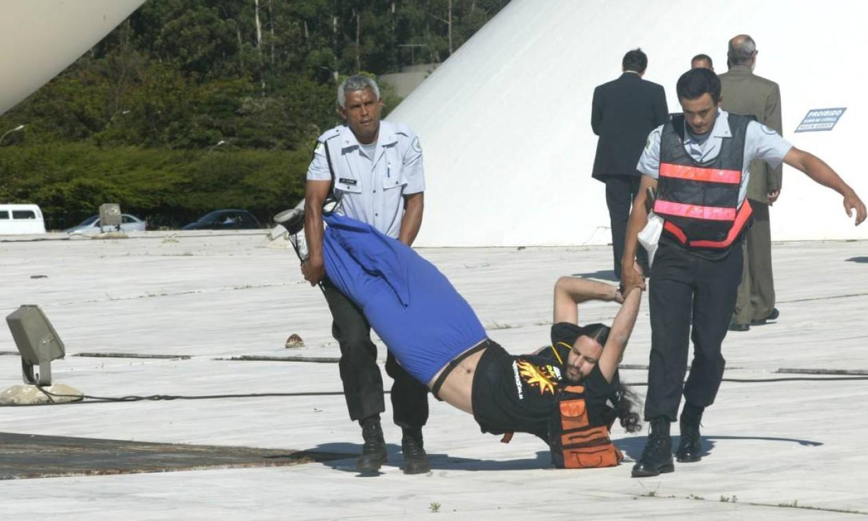 PMs prendem manifestantes do Greenpeace que tentavam abrir cartaz na cúpula do Snado contra a usina nuclear Angra 3 Foto: Gustavo Miranda / Agência O Globo - 04/06/2003