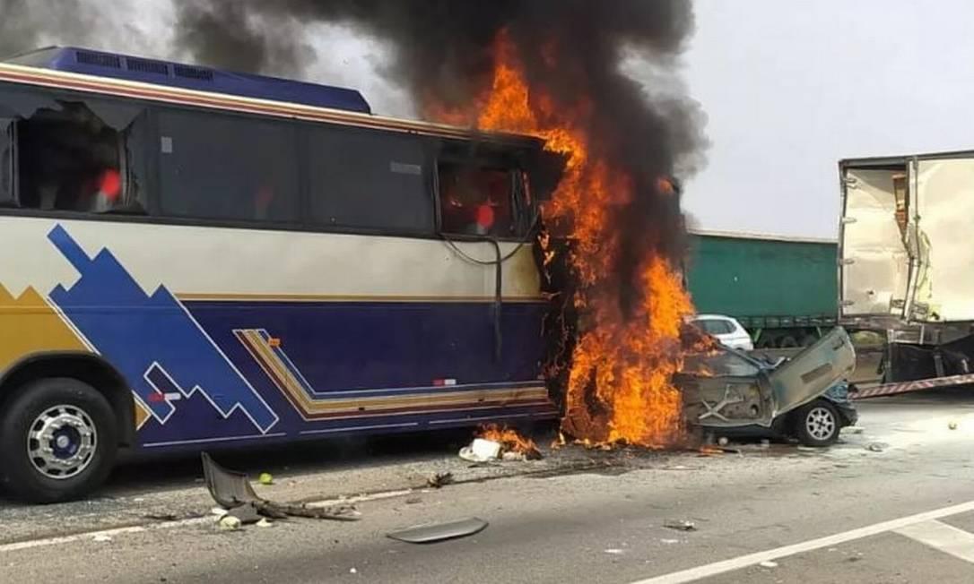 Carro ficou prensado entre ônibus e caminhão na Via Dutra Foto: Reprodução