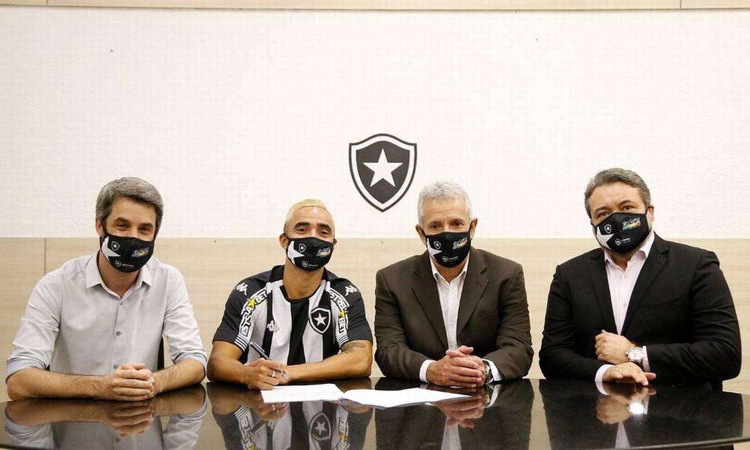Rafael assina contrato com o Botafogo Foto: Divulgação BFR