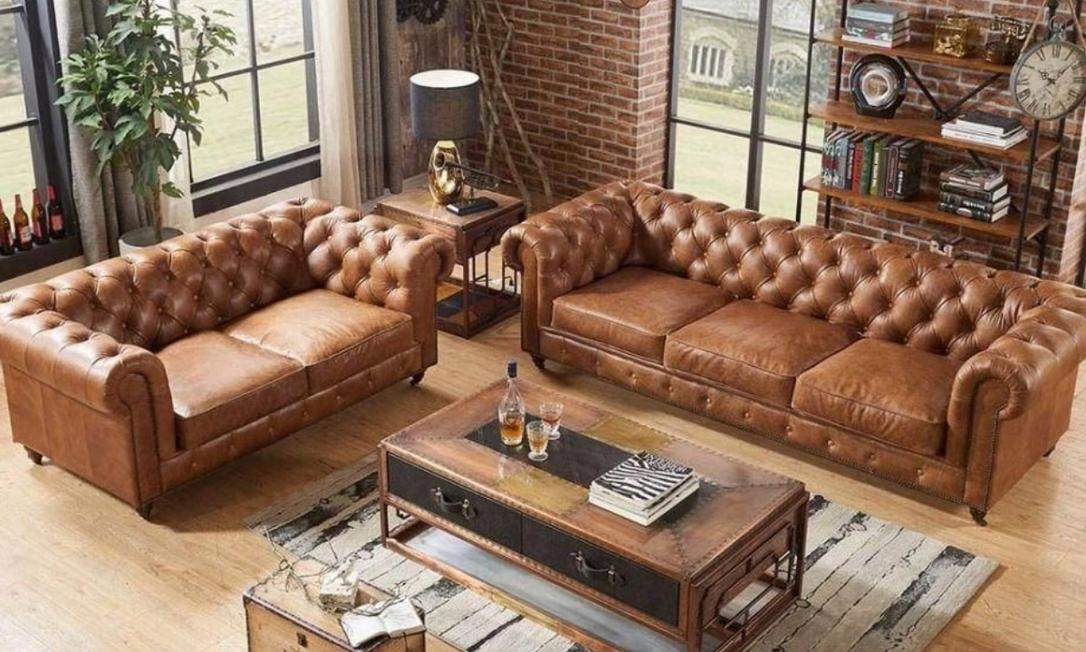 O couro natural é um tecido atemporal e muito elegante, ideal para compor uma sala de estar sofisticada, mas ainda confortável. Foto: Reprodução/Shoptime