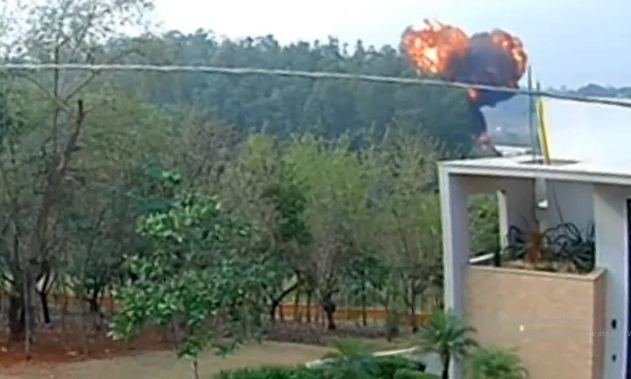 Câmera de segurança de condomínio registrou momento da queda e da bola de fogo que se formou depois da explosão ao tocar o solo Foto: Reprodução
