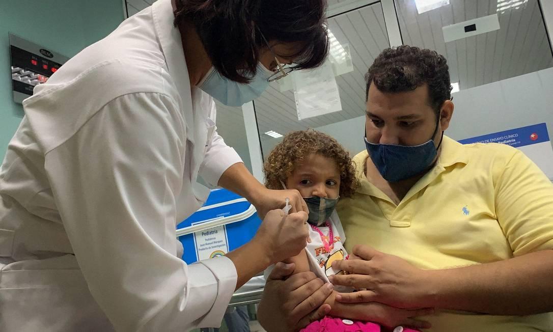 Criança de 3 anos é vacinada em Havana, parte de teste clínico da vacina Soberana 02, contra a Covid-19 Foto: ADALBERTO ROQUE / AFP