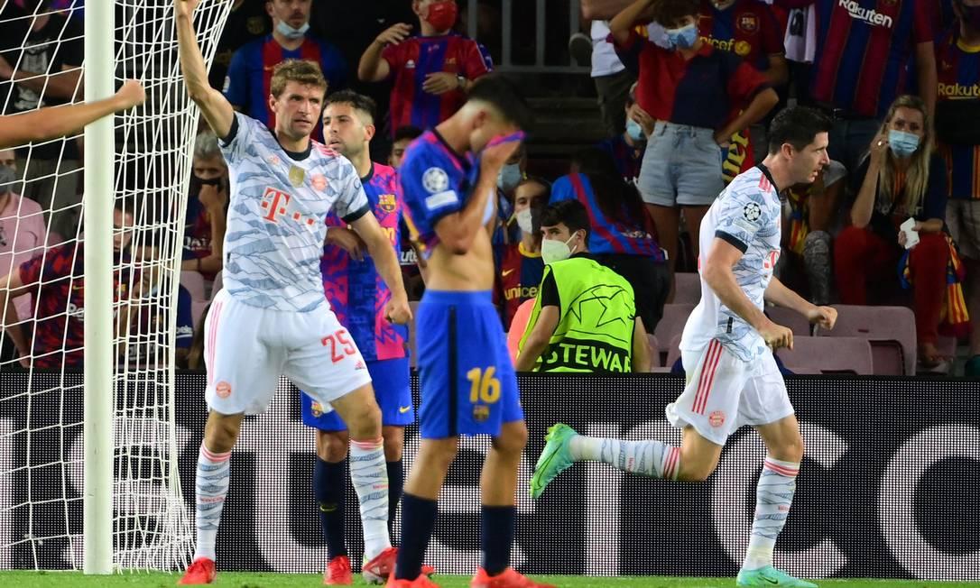 Lewandowski celebra um de seus dois gols na vitória do Bayerm sobre o Barcelona por 3 a 0 Foto: Lluis Gene/AFP