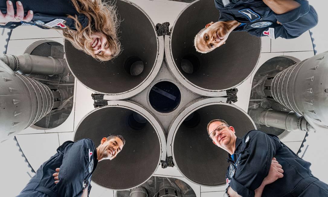 No sentido horário: Hayley Arceneaux, Sian Proctor, Chris Sembroski and Jared Isaacman. A tripulação do primeiro voo de turismo espacial a levar civis à órbita da Terra posa diante do foguete da SpaceX Foto: JOHN KRAUS/Inspiration4 / AFP PHOTO