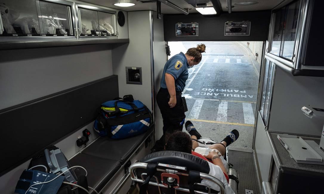 Paciente com Covid é transferido em uma ambulância na cidade de Louisville, no estado de Kentucky Foto: Jon Cherry / AFP