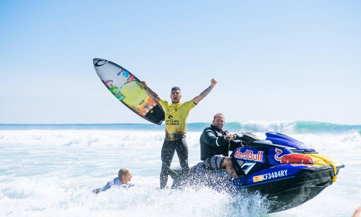 Natural da praia de Maresias, no litoral paulista, Medina venceu seu primeiro título mundial em dezembro de 2014, no Havaí, onde repetiu o feito em 2018 Foto: Pat Nolan / Agência O Globo