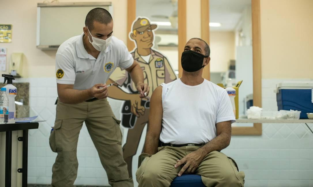 Guarda municipal é vacinado contra a Covid-19 Foto: Brenno Carvalho/27.04.2021 / Agência O Globo