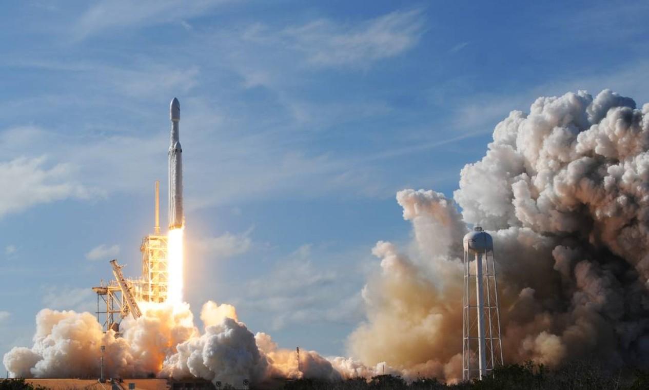 O foguete Falcon 9, da Space X, de Musk, foi lançado da plataforma 39A, do Kennedy Space Center, de onde também partiram lançamentos históricos como os das missões do programa Apollo e dos ônibus espaciais Foto: JIM WATSON / AFP