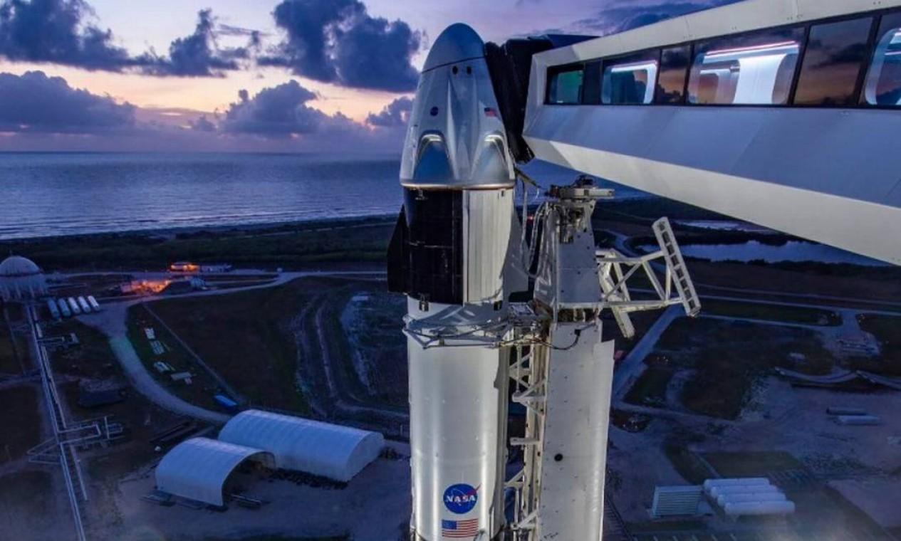 A cápsula Crew Dragon, de Musk, entrou em trajetória circular assim como a Lua, e satélites artificiais e a Estação Espacial Internacional, cuja altitude (408km) será superada pela nave de Musk Foto: Reprodução
