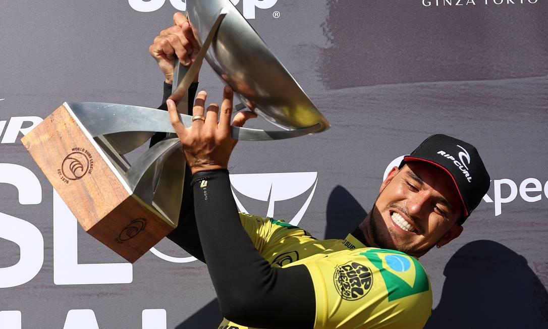 Gabriel Medina com a taça de campeão mundial de surfe de 2021 Foto: Sean M. Haffey / AFP