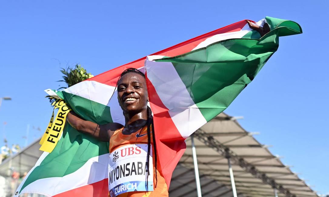Francine Niyonsaba quebrou recorde mundial na prova dos 2.000m Foto: FABRICE COFFRINI / AFP