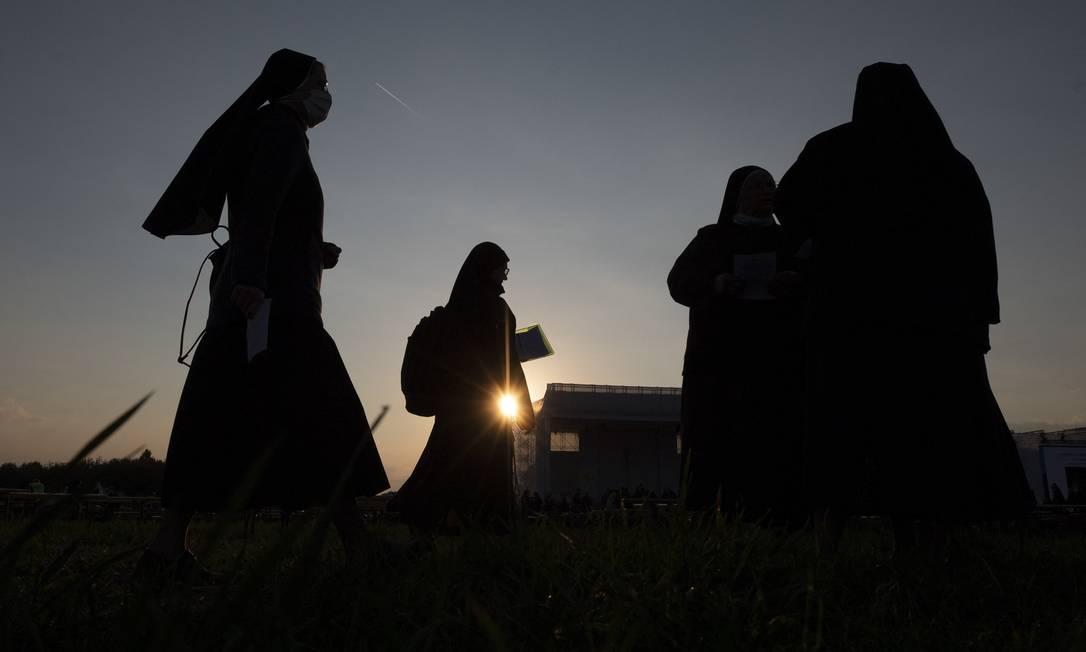 Freiras chegam para Santa Missa ao ar livre, celebrada pelo Papa Francisco, no Santuário Nacional em Sastin-Straze, ao norte da capital da Eslováquia, Bratislava Foto: JOE KLAMAR / AFP