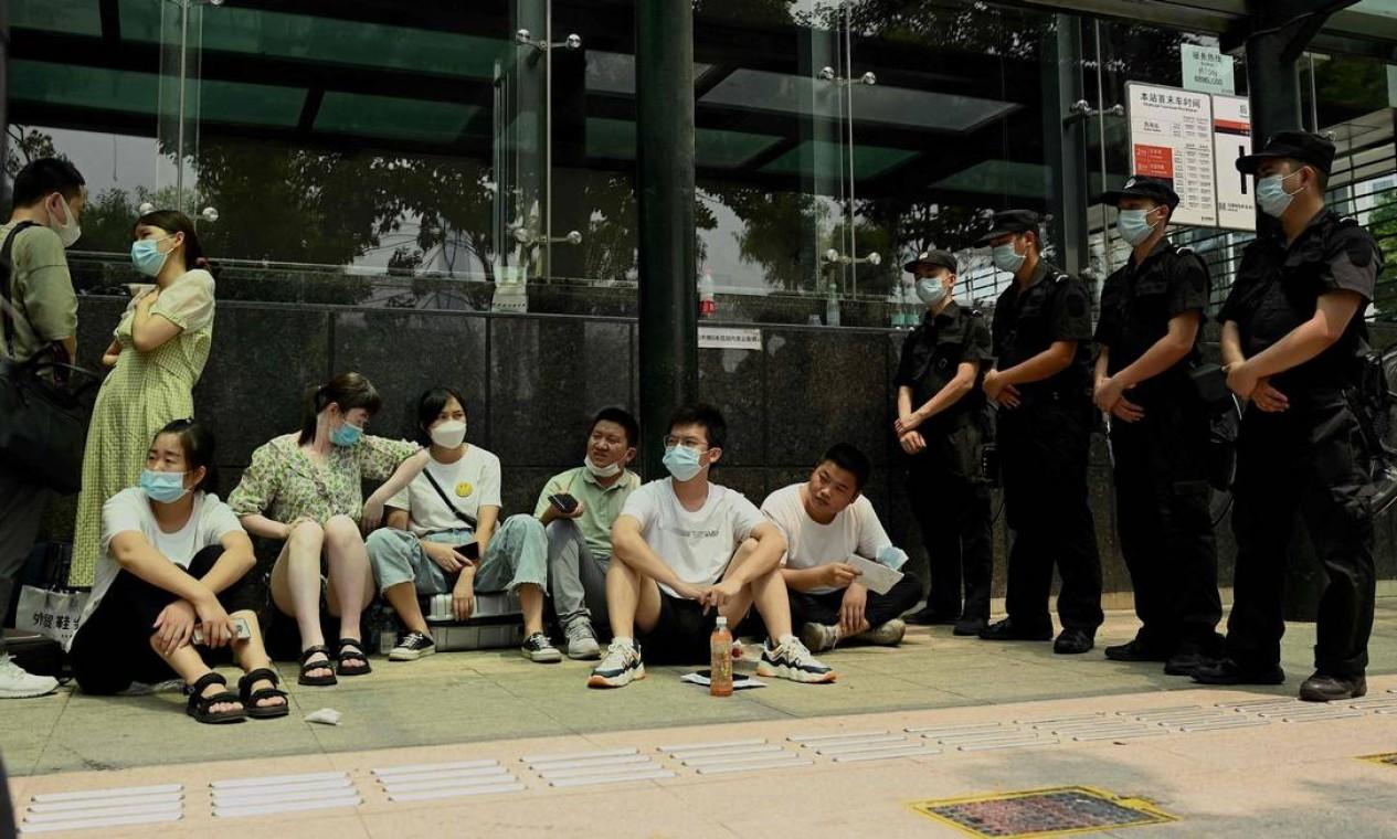 Pessoas protestam em frente à sede da Evergrande. A segunda maior incorporadora imobiliária da China enfrenta a maior crise de sua história Foto: NOEL CELIS / AFP