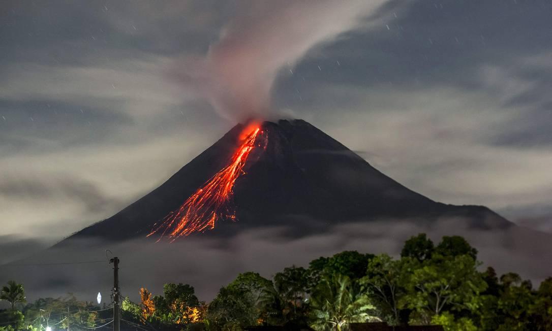 Vulcão Monte Merapi, localizado na ilha de Java, entra em atividade na Indonésia Foto: AGUNG SUPRIYANTO / AFP
