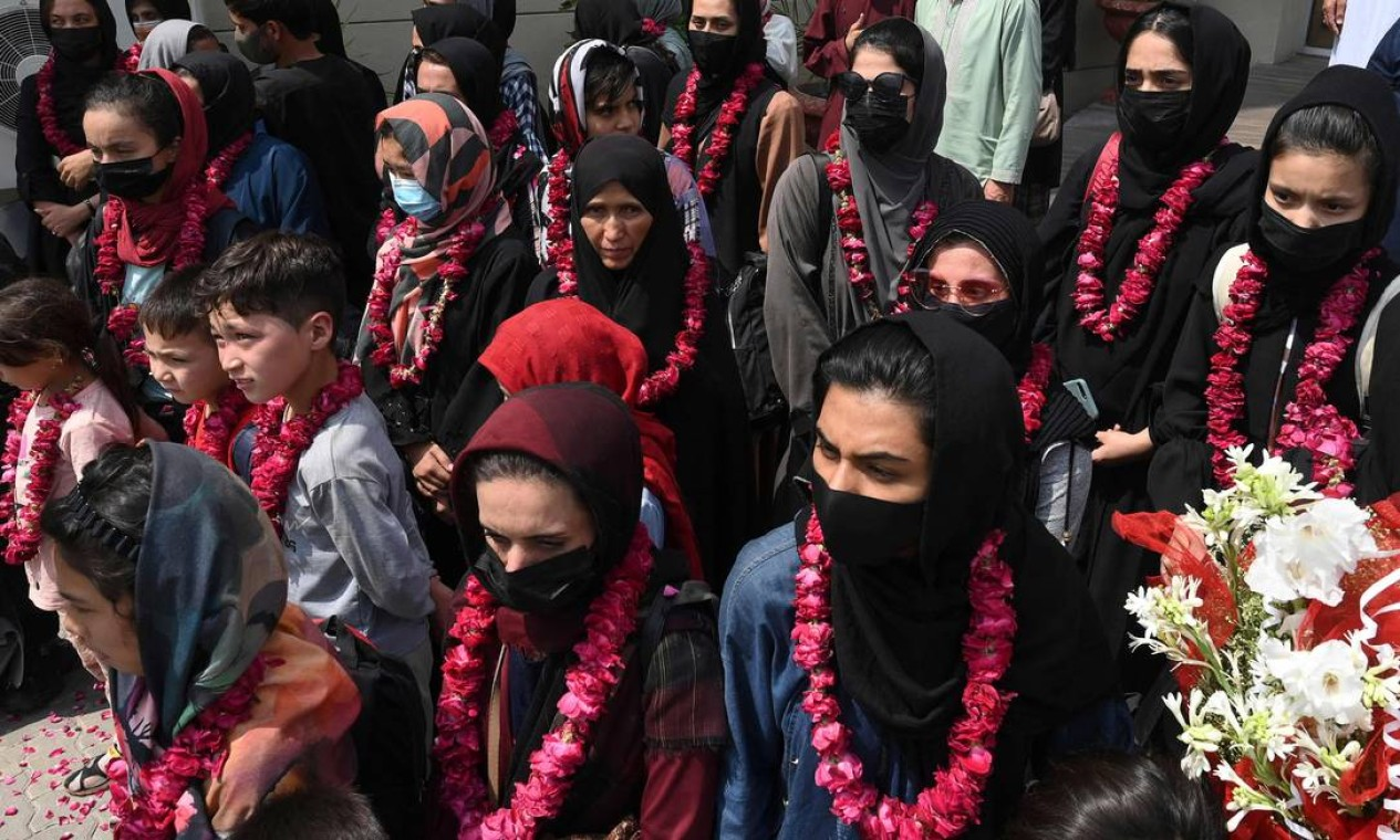 Equipe feminina de futebol do Afeganistão chega à Federação de Futebol do Paquistão (PFF), em Lahore, um mês depois que o Talibã voltou ao poder Foto: ARIF ALI / AFP